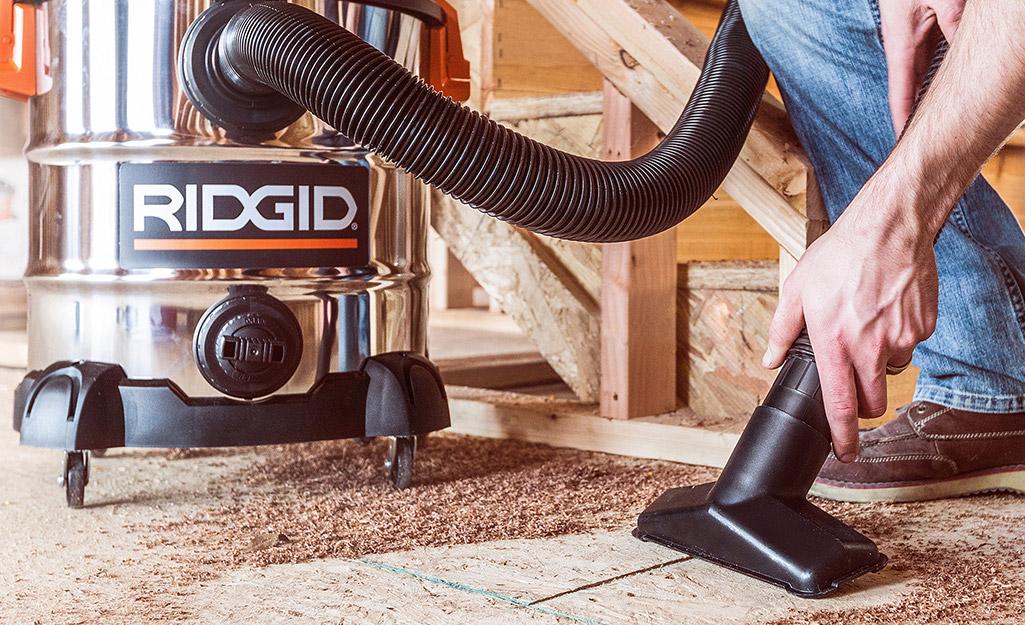 Có người sử dụng máy hút khô / ướt để hút mùn cưa và các mảnh vụn trên sàn.
