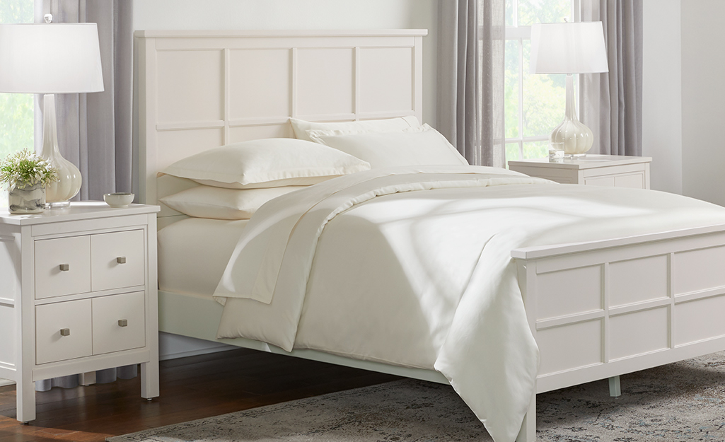 Giường làm bằng chăn bông mỏng, sáng màu