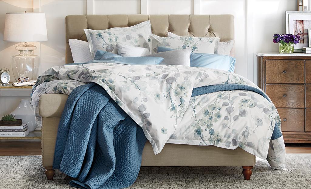 Giường làm bằng khăn phủ bàn có hoa.