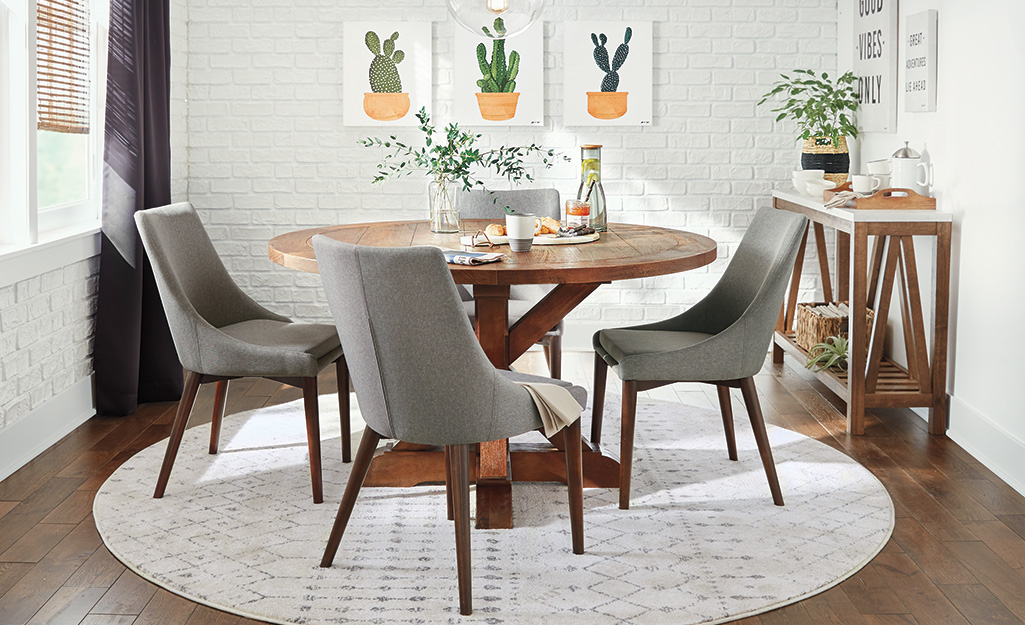 Bàn ăn bằng gỗ với ghế bọc nệm.