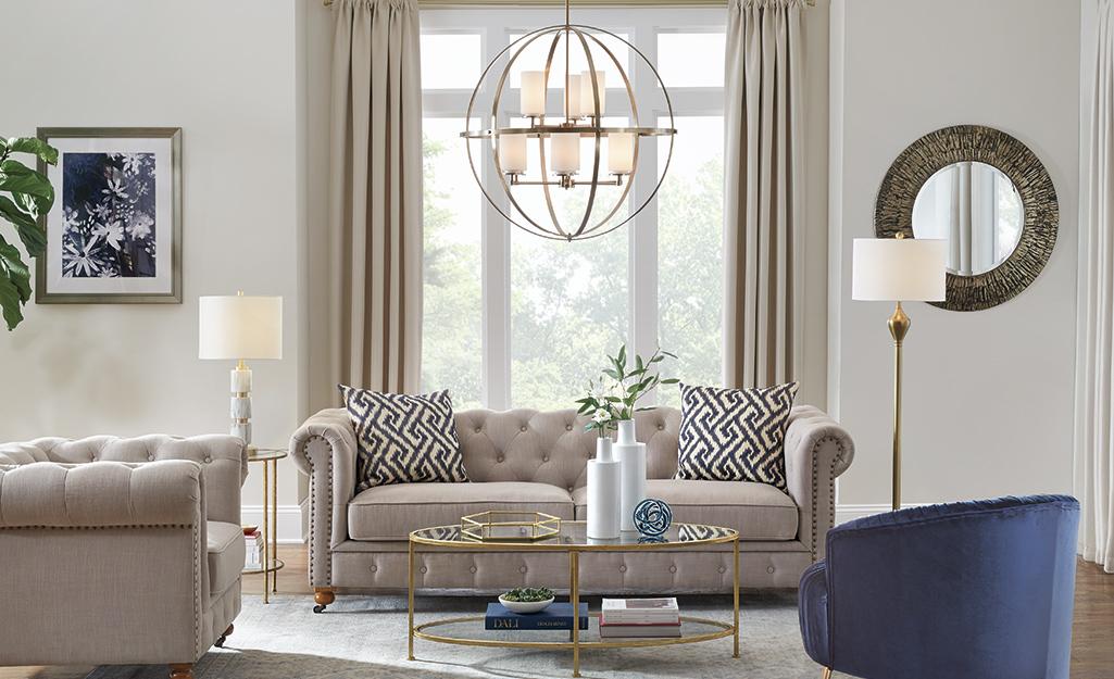 Phòng khách với ghế sofa màu nâu và rèm từ trần đến sàn.