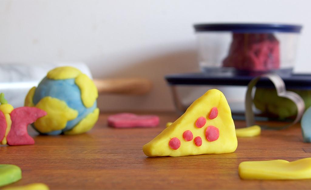 Pizza, Trái đất và các hình dạng khác được làm từ bột nặn.