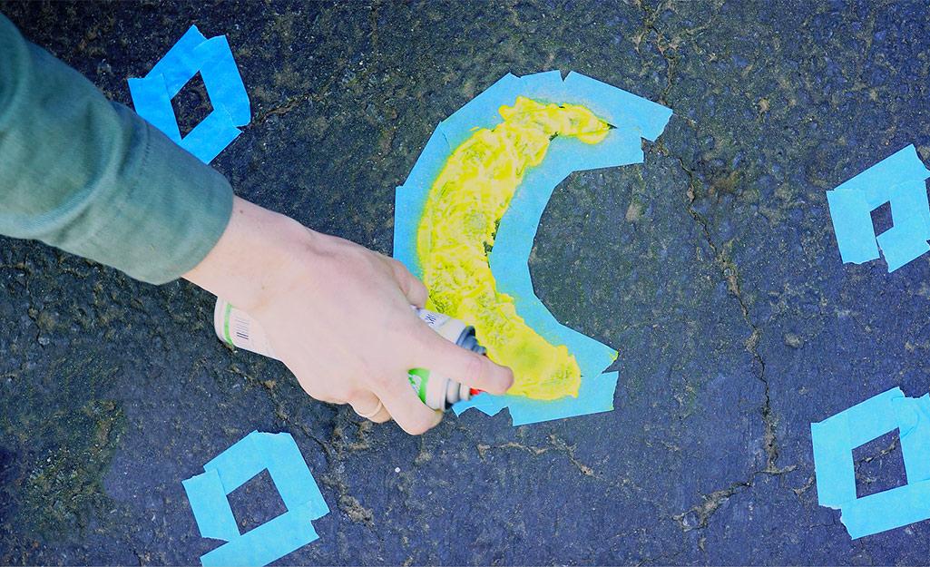 Một phụ nữ dùng phấn phun sơn vỉa hè để sáng tạo nghệ thuật.