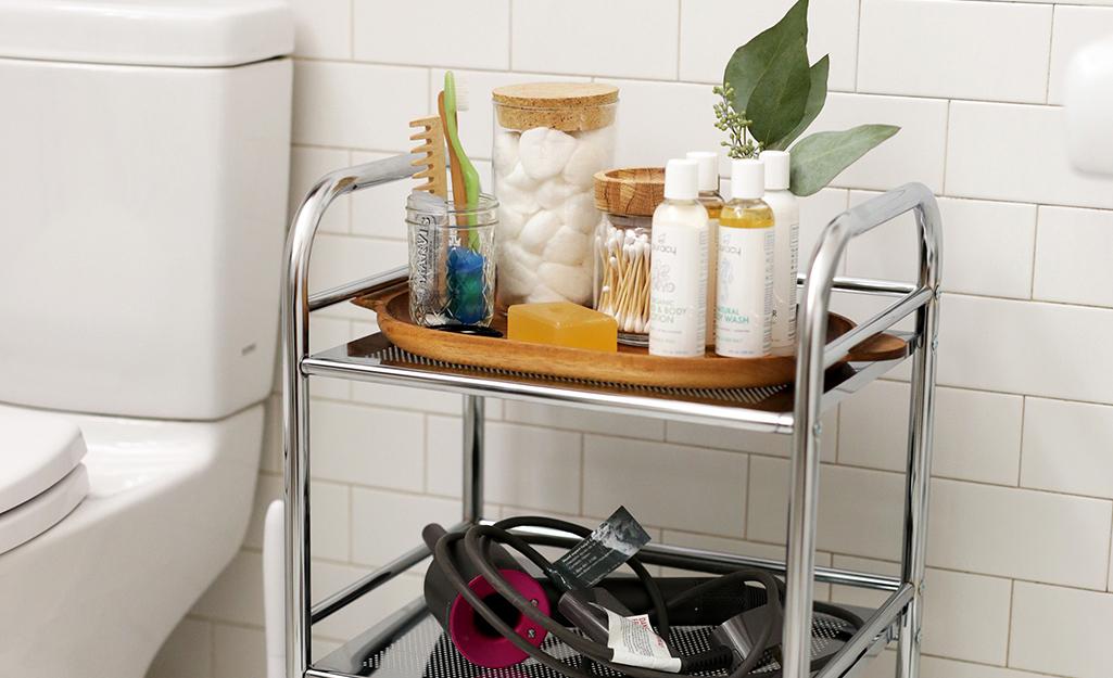 Xe đẩy hàng được sử dụng trong phòng tắm để đựng đồ vệ sinh cá nhân.