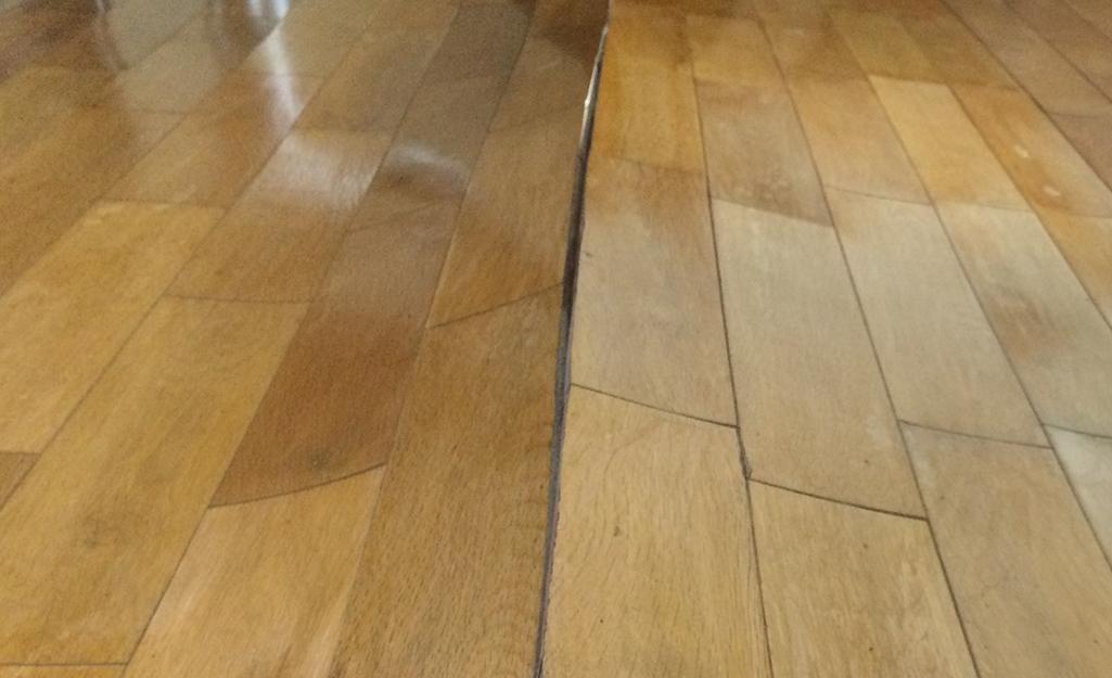 Sàn gỗ công nghiệp bị vênh.