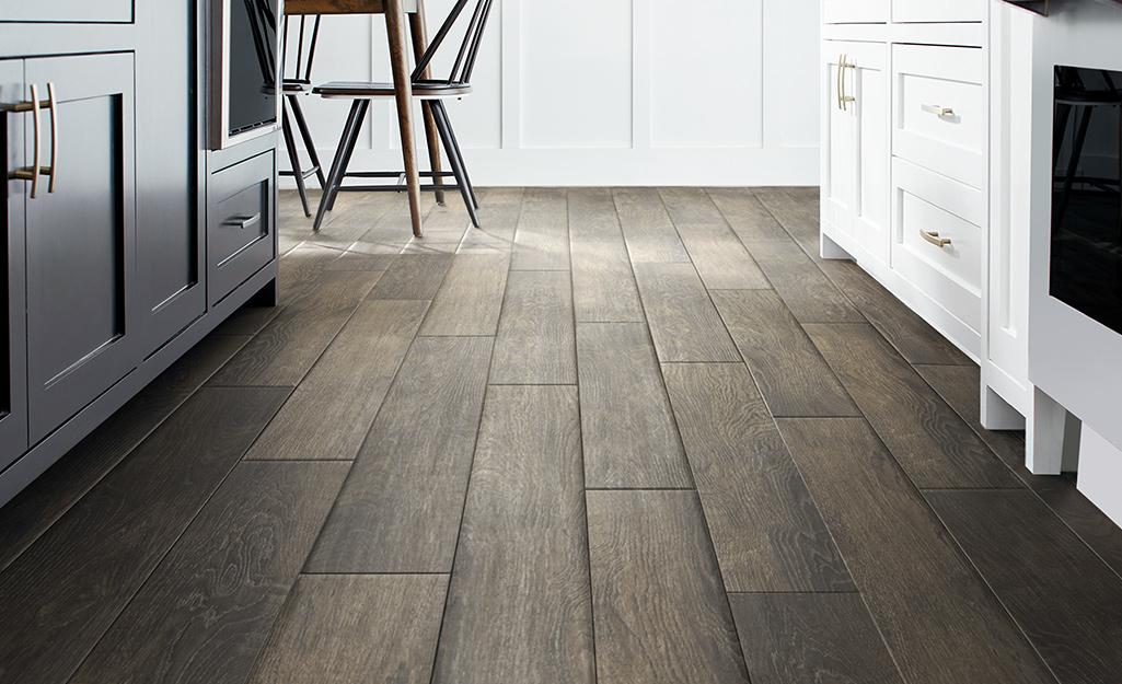Một sàn gỗ đẹp trong nhà bếp và khu vực ăn uống.
