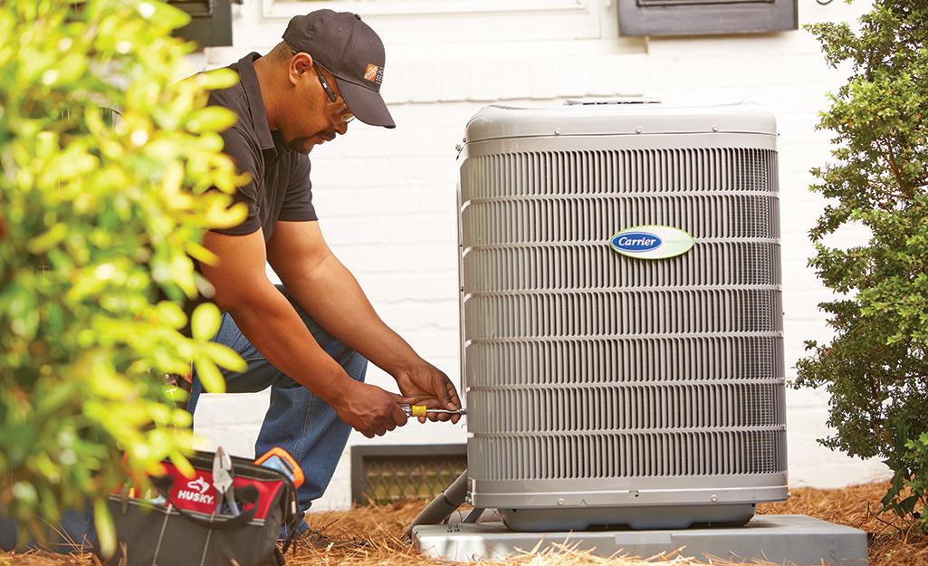 Một liên kết của Home Depot sửa chữa một thiết bị điều hòa không khí.