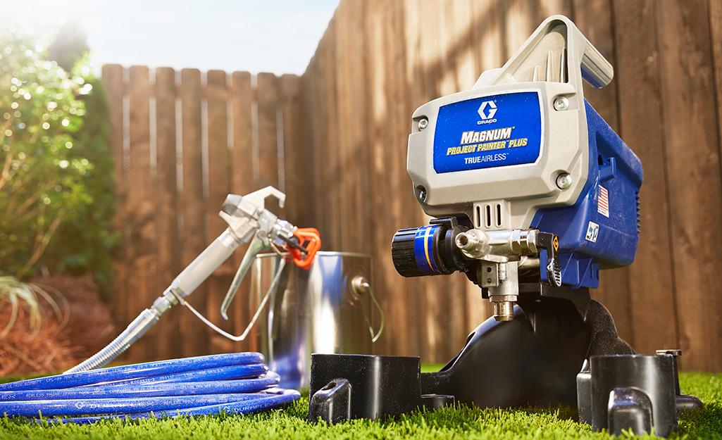 Một máy phun sơn không có không khí ngồi trên cỏ.