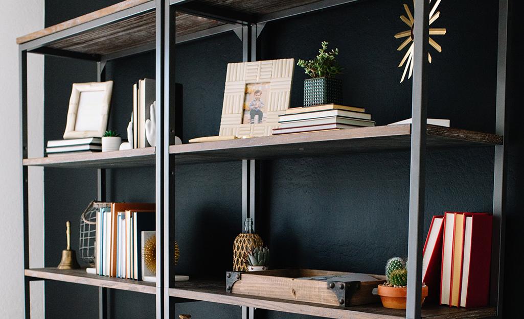 Hai tủ sách mở theo phong cách công nghiệp được trang trí hoàn toàn cạnh nhau.