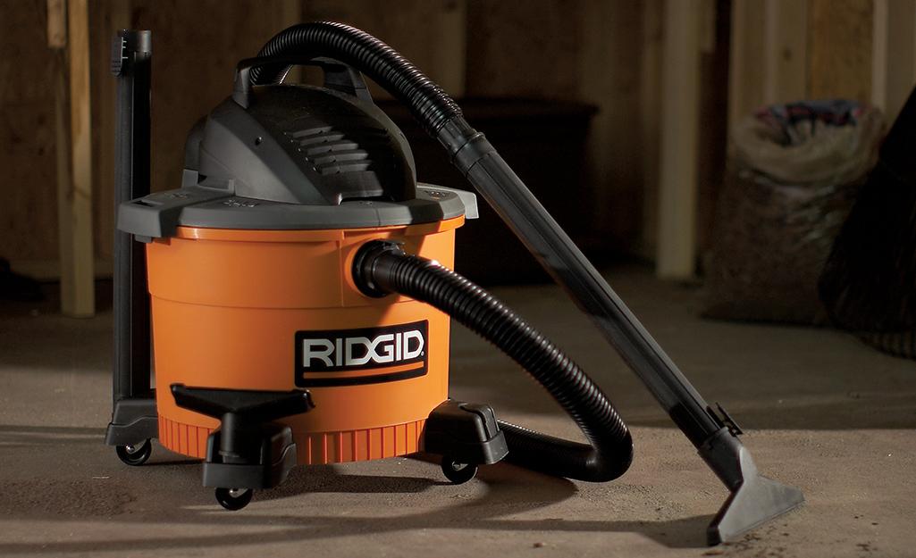 một máy hút khô ướt trên mặt đất trong không gian làm việc