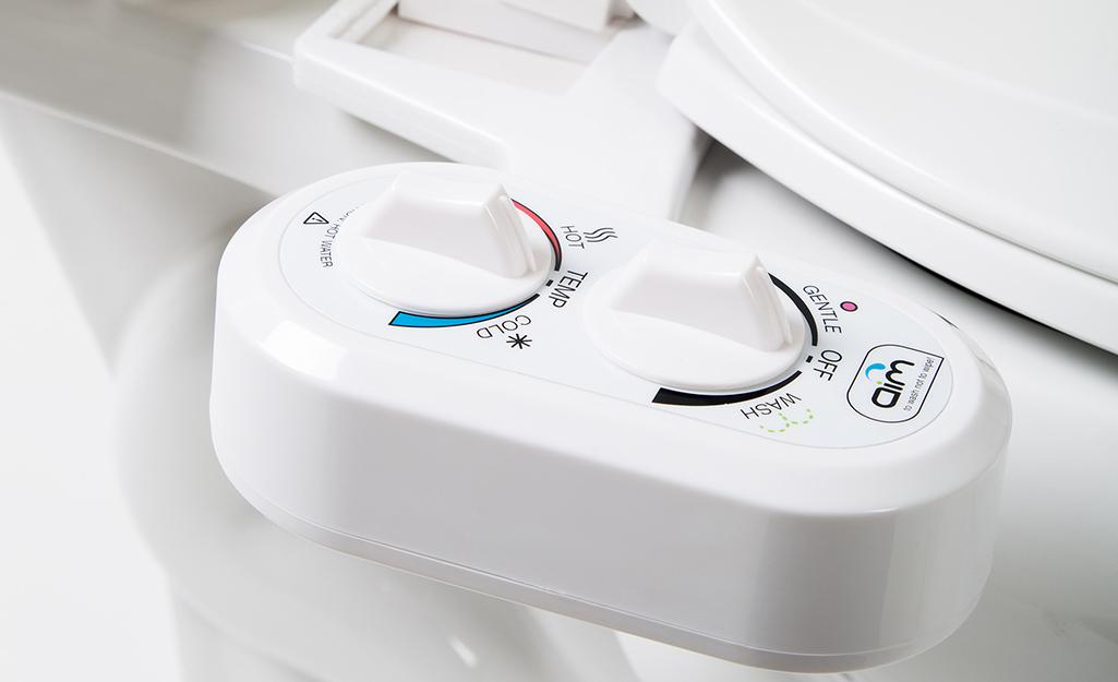 Một bộ quay số trên bồn rửa vệ sinh kiểm soát áp suất và nhiệt độ nước.
