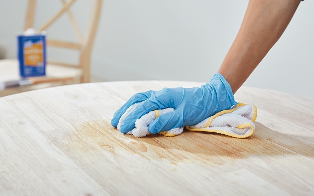 Một chiếc bàn không sơn đang được làm sạch.