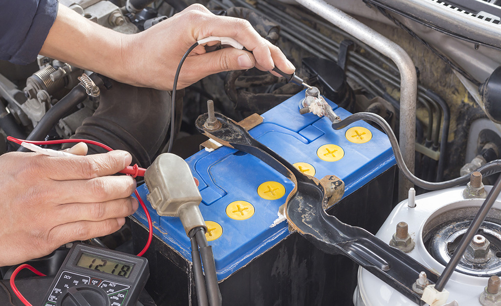 Một người đo hiệu điện thế của ắc quy ô tô.