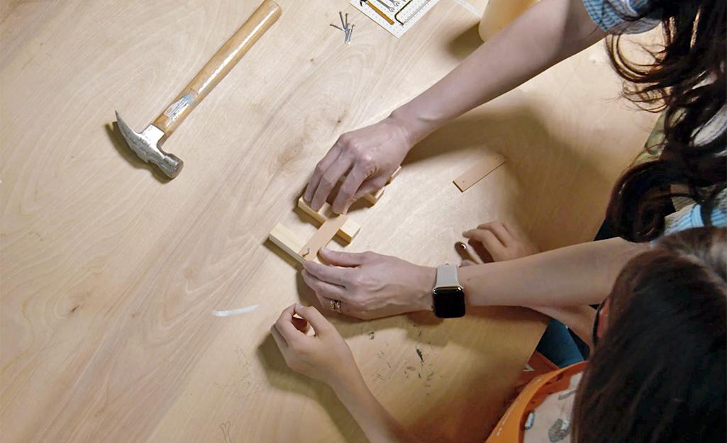 Lắp ráp chân của một băng ghế dụng cụ trẻ em.