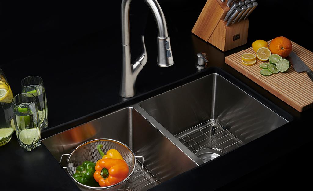 A single bowl kitchen sink.