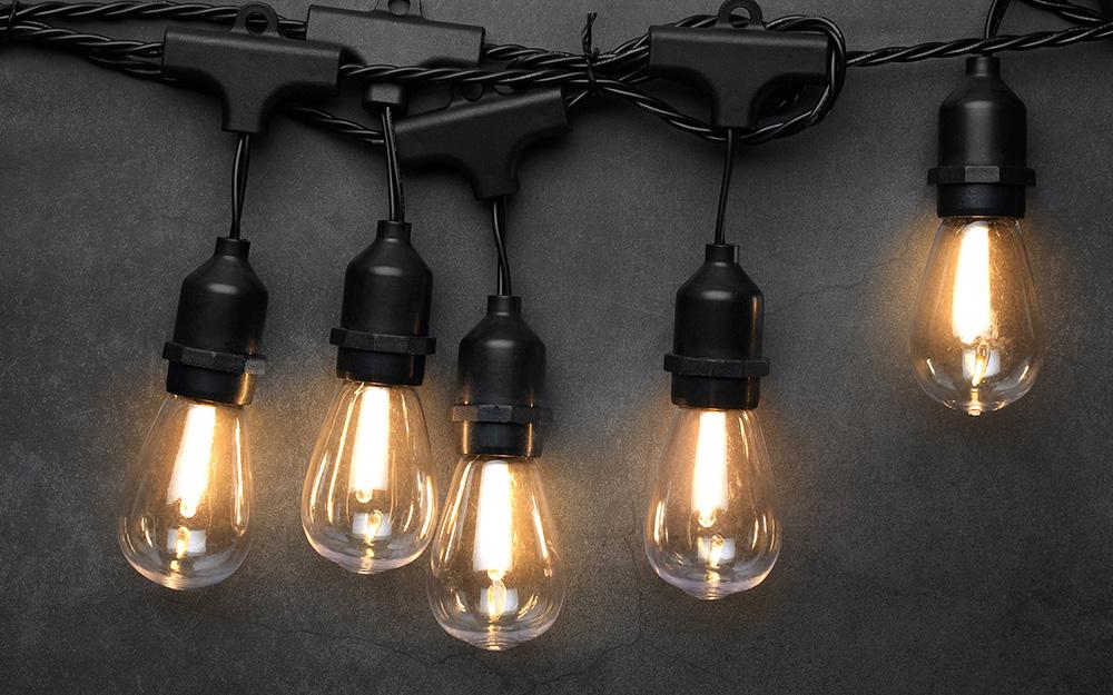 Bóng đèn LED kiểu Edison treo trên đèn dây.