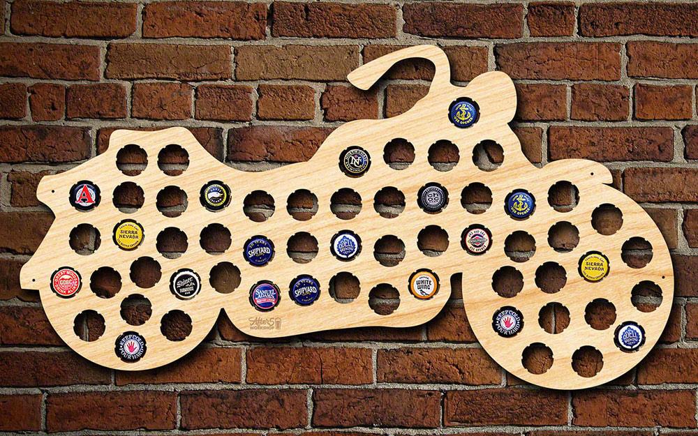 Một đường viền trang trí bằng gỗ của một chiếc mô tô có lỗ trên nắp chai.