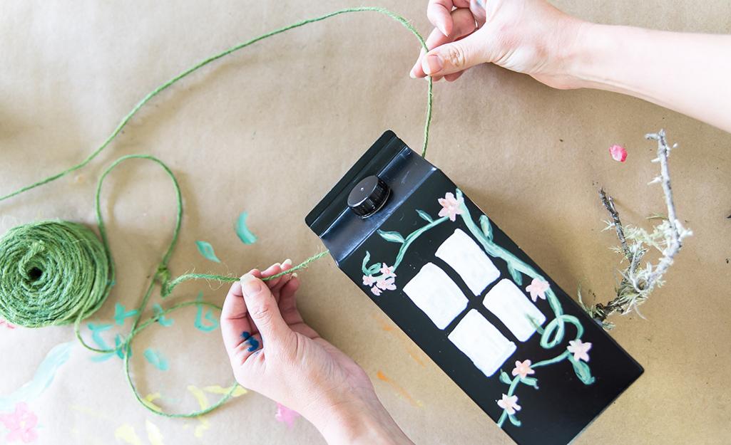 Một cô gái thêm chuỗi vào thùng carton.
