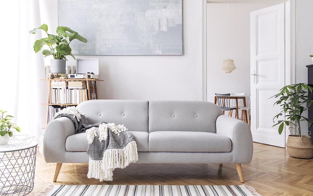Một chiếc ghế sofa màu xám trong phòng khách.