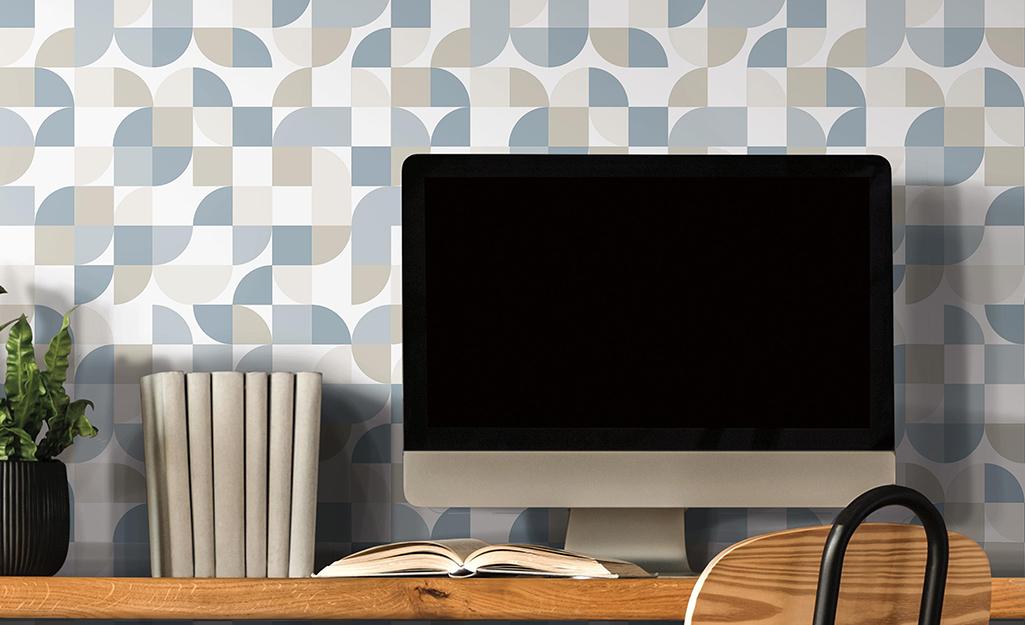 Hình nền có thiết kế màu xanh lam, xám và trắng hiện đại phía sau màn hình máy tính.