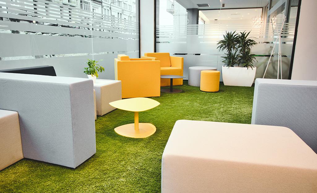 Chỗ ngồi màu be và vàng tươi vui vẻ được đặt trong một khung cảnh văn phòng mở.
