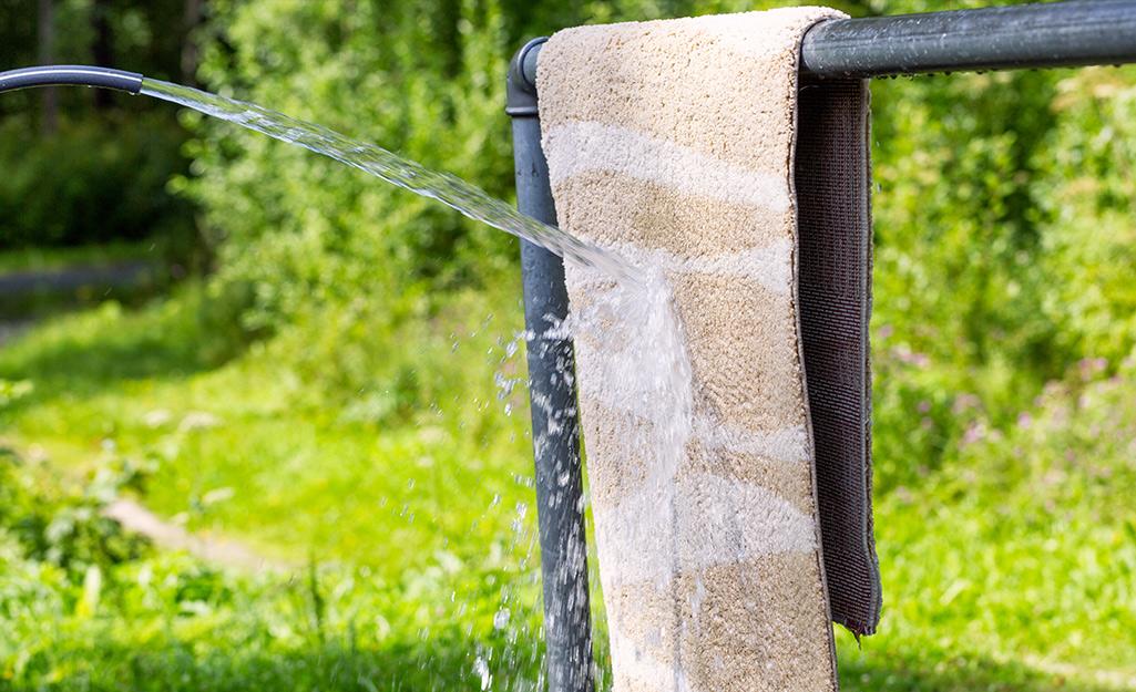 một tấm thảm được rửa bằng nước