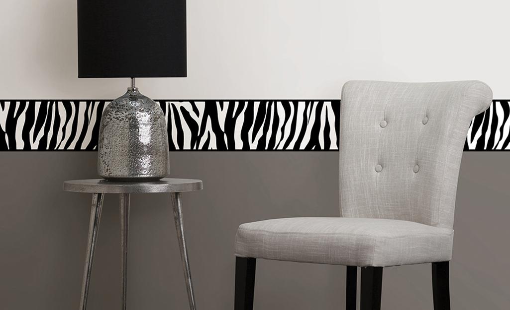 Một bức tường nổi bật hiện đại được trang trí bằng giấy dán tường và giấy dán tường in hình ngựa vằn.