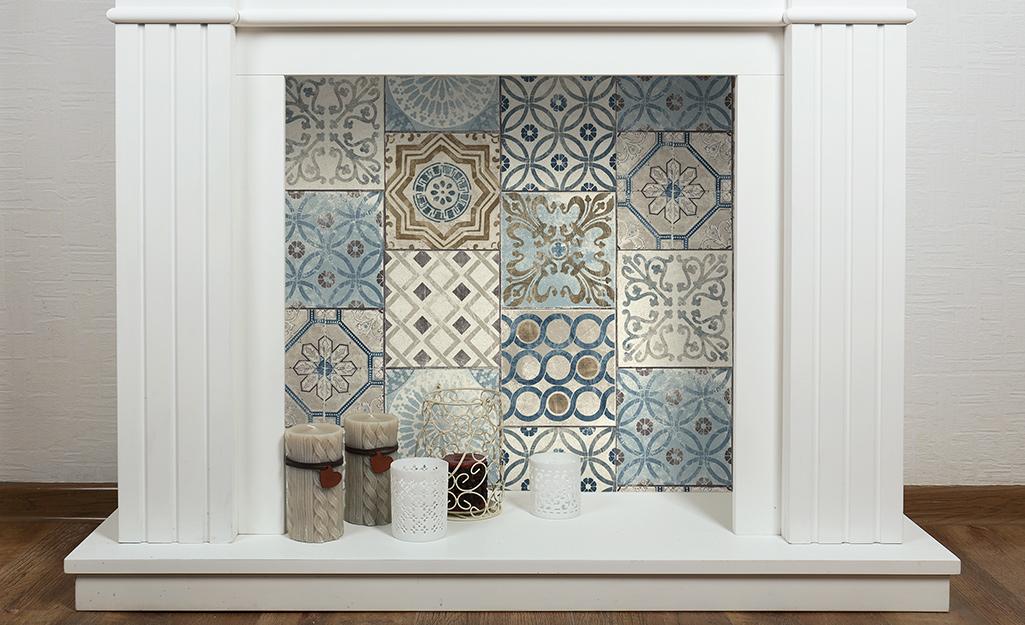 Một lò sưởi không sử dụng được tái sử dụng như một tiêu điểm trang trí với giấy dán tường và giấy dán tường trông giống như ngói.