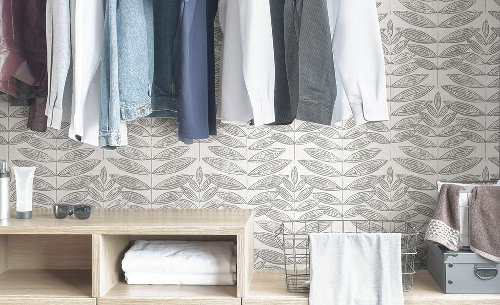 Tủ quần áo tùy chỉnh được trang trí bằng giấy dán tường và giấy dán tường có hoa văn dương xỉ.