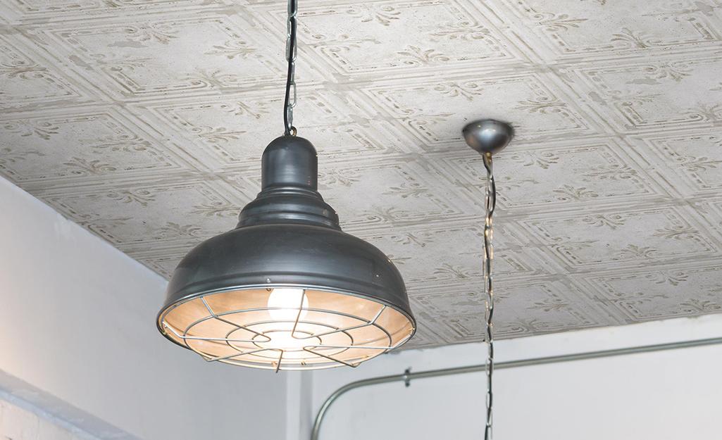 Trần nhà được làm trông giống như thiếc cổ điển với giấy dán tường và giấy dán tường.