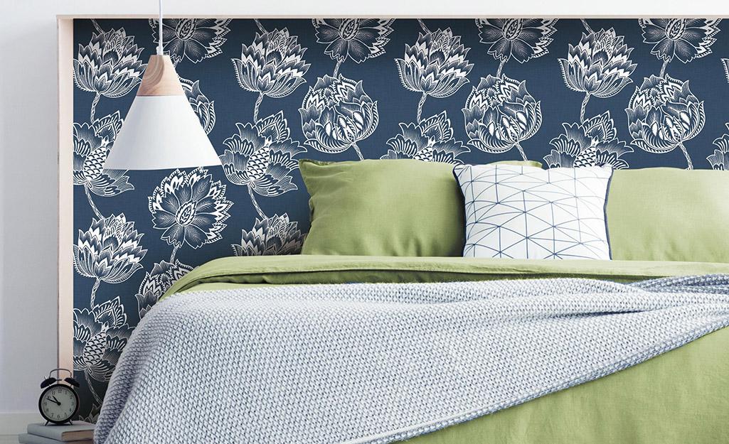 Giấy dán tường có họa tiết hoa văn hoa văn trang trí đầu giường đơn giản.