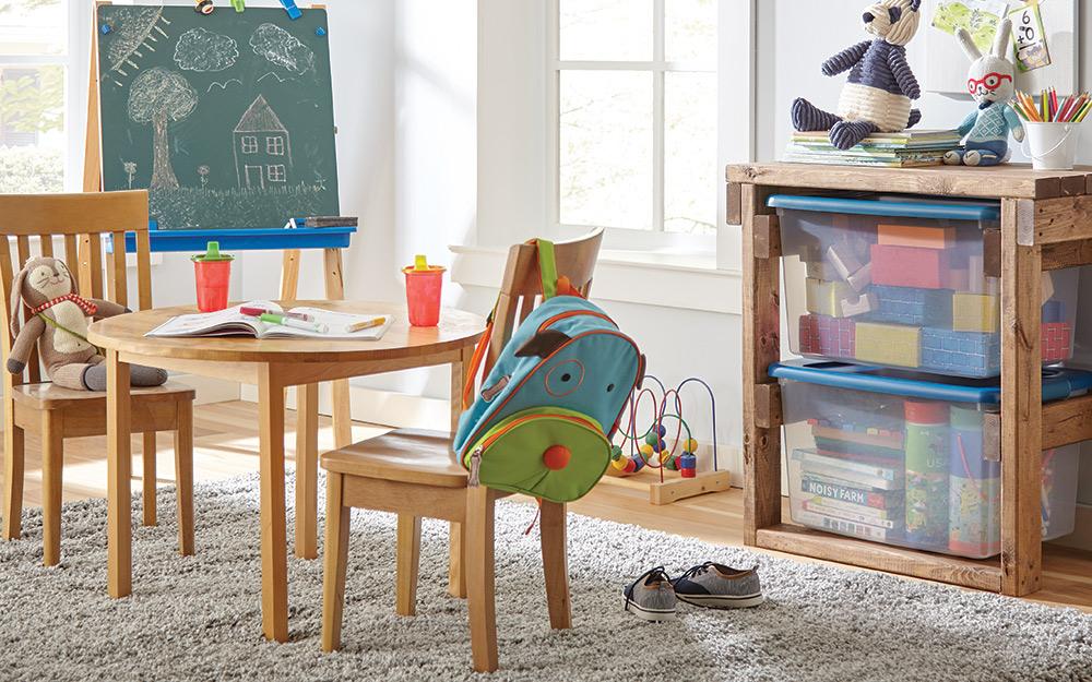 Một phòng chơi với đồ nội thất có tổ chức.