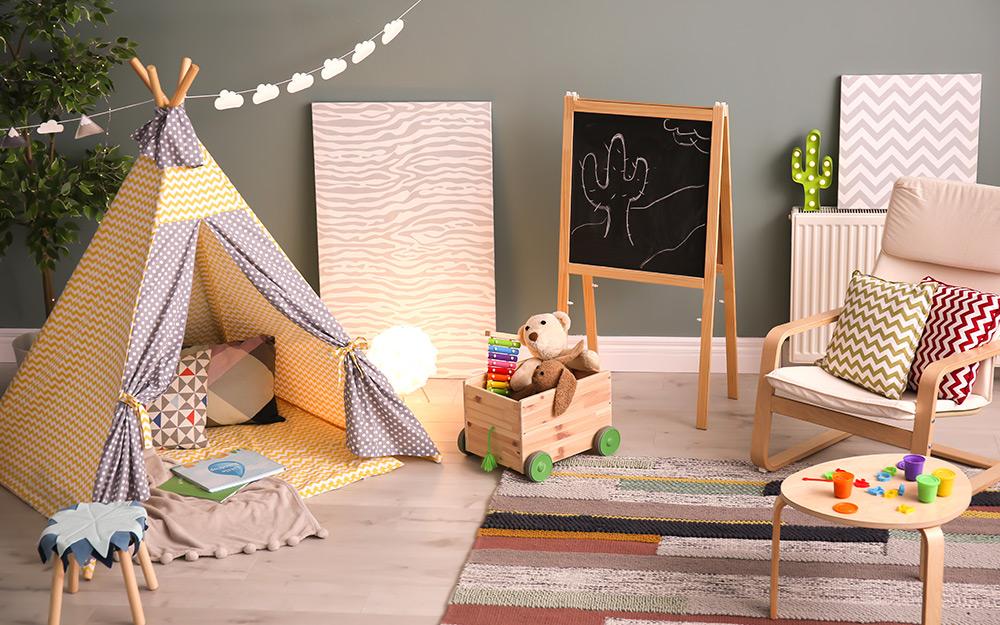 Phòng chơi với lều dành cho trẻ em và khu vực ngồi của người lớn.