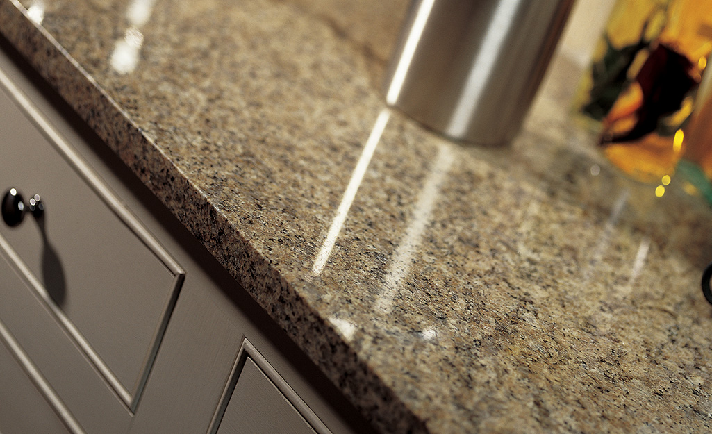 Mặt bếp bằng đá granite tông nâu tự nhiên.
