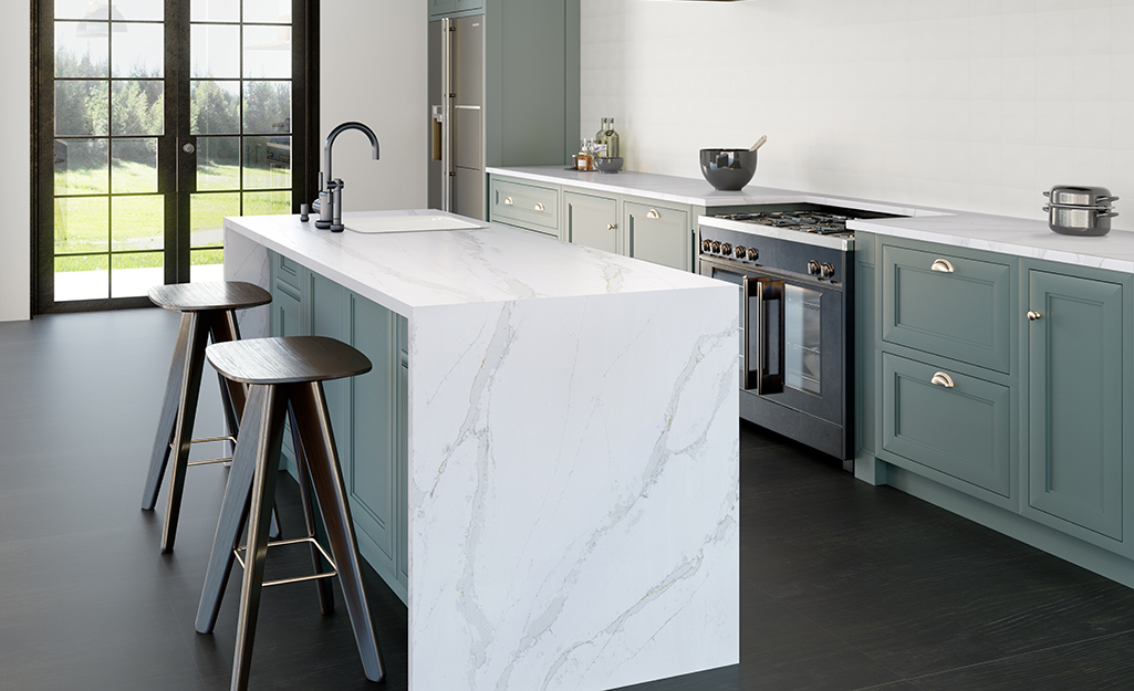 Đảo bếp kiểu thác nước với mặt bàn bằng đá cẩm thạch trắng.
