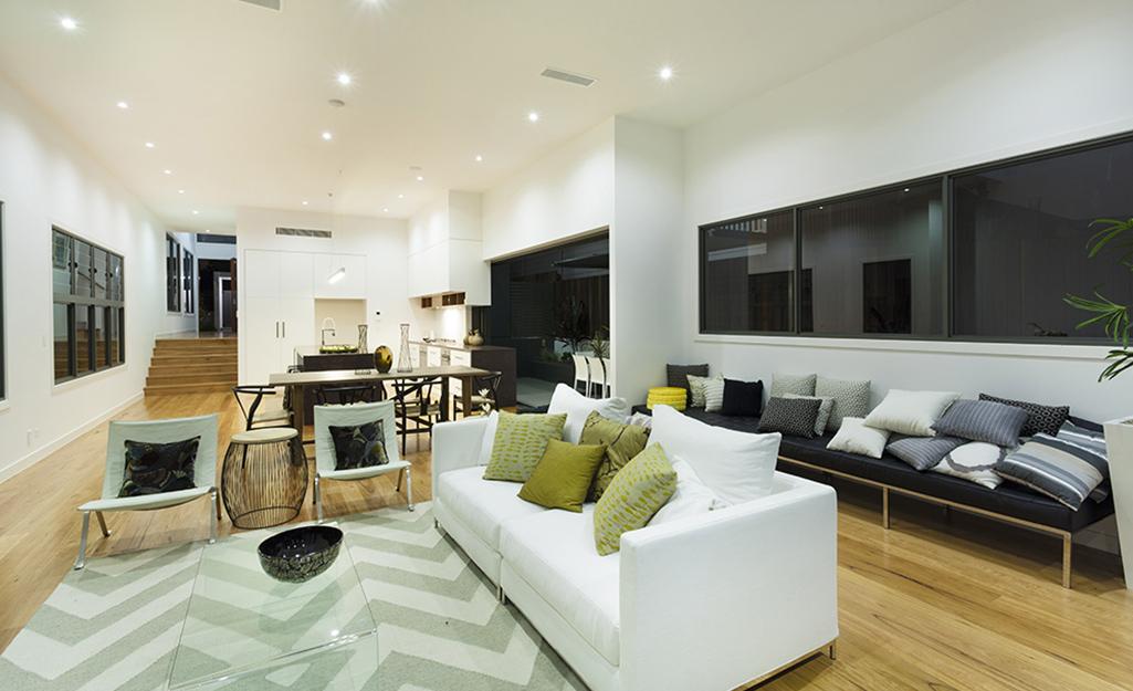 Phòng khách không gian mở với ba dãy đèn âm trần.