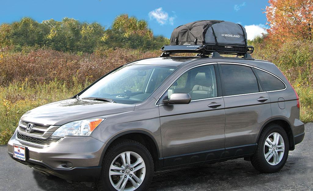 một chiếc SUV có giá đỡ trên nóc đường ray nâng lên