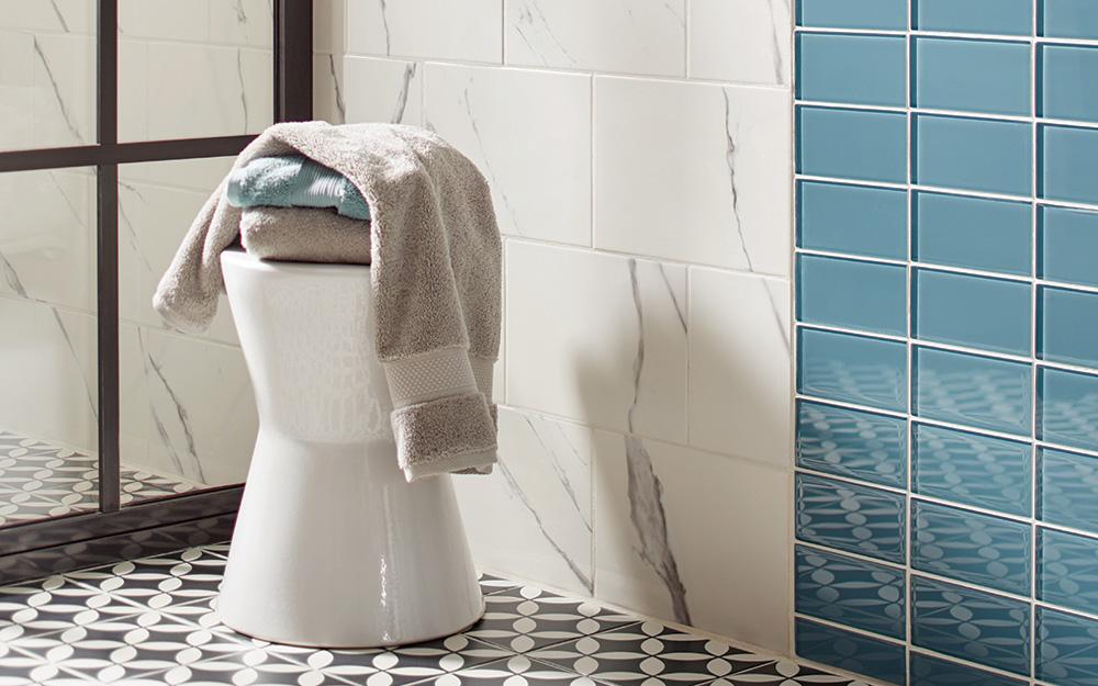 Một chiếc ghế đẩu được tạo ra để chịu được các yếu tố trong phòng tắm và có tác dụng như một nơi lưu trữ.