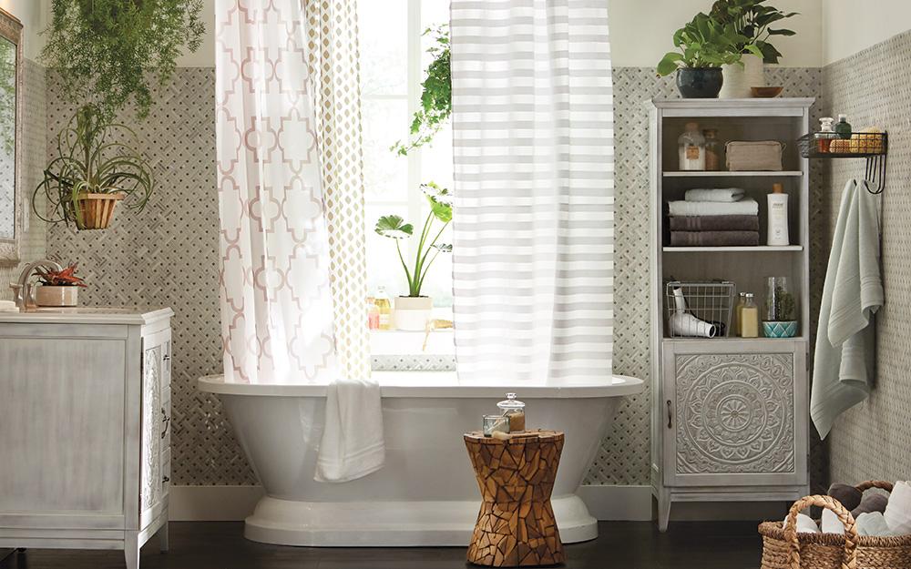 Phòng tắm chú trọng đến khả năng lưu trữ của tủ vải.