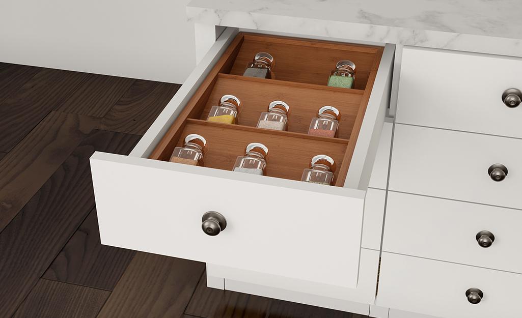 Một ngăn kéo gia vị mở với các lọ gia vị bên trong.