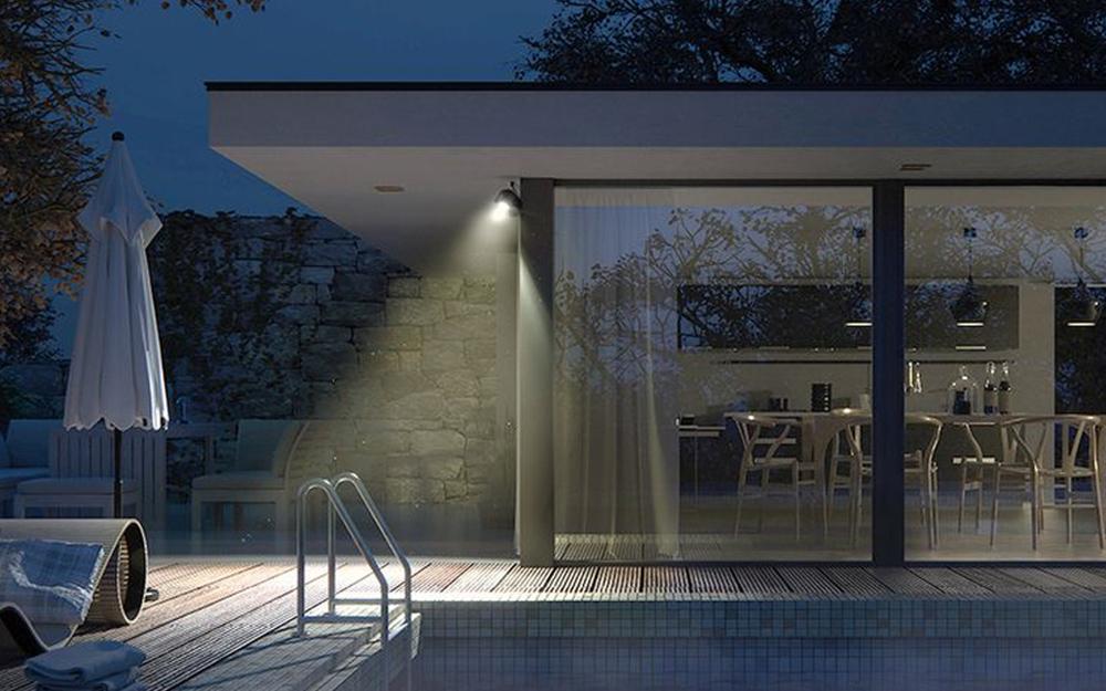 Một ngôi nhà được chiếu sáng bởi đèn lũ.