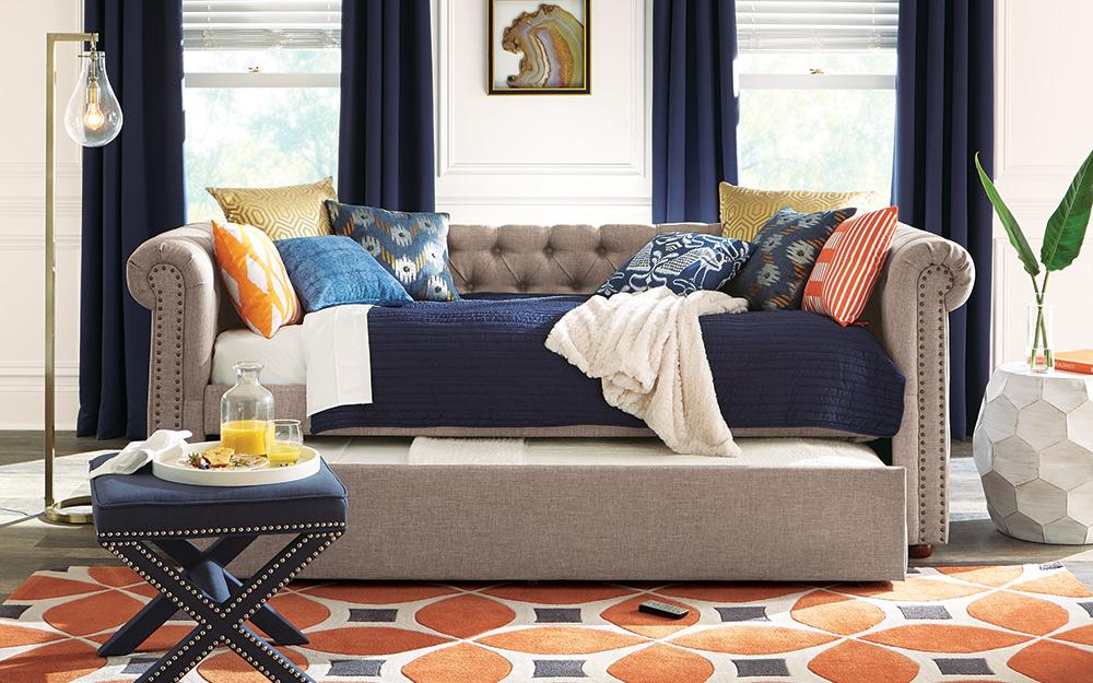 Một chiếc giường ban ngày với gối và bộ đồ giường