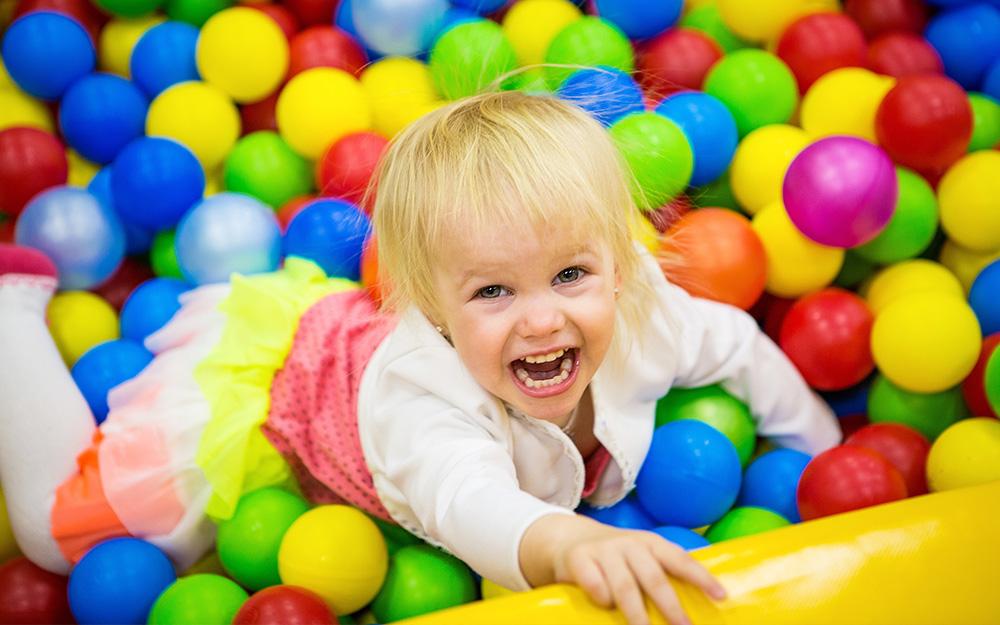 Một đứa trẻ chơi trong một quả bóng.