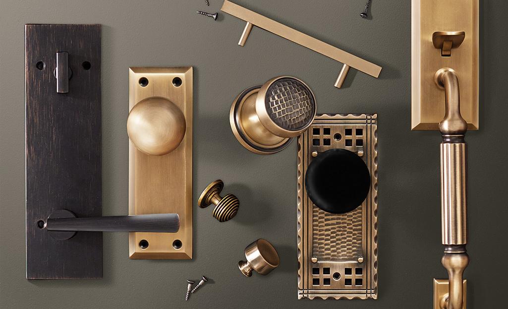 Assortment of door knobs.