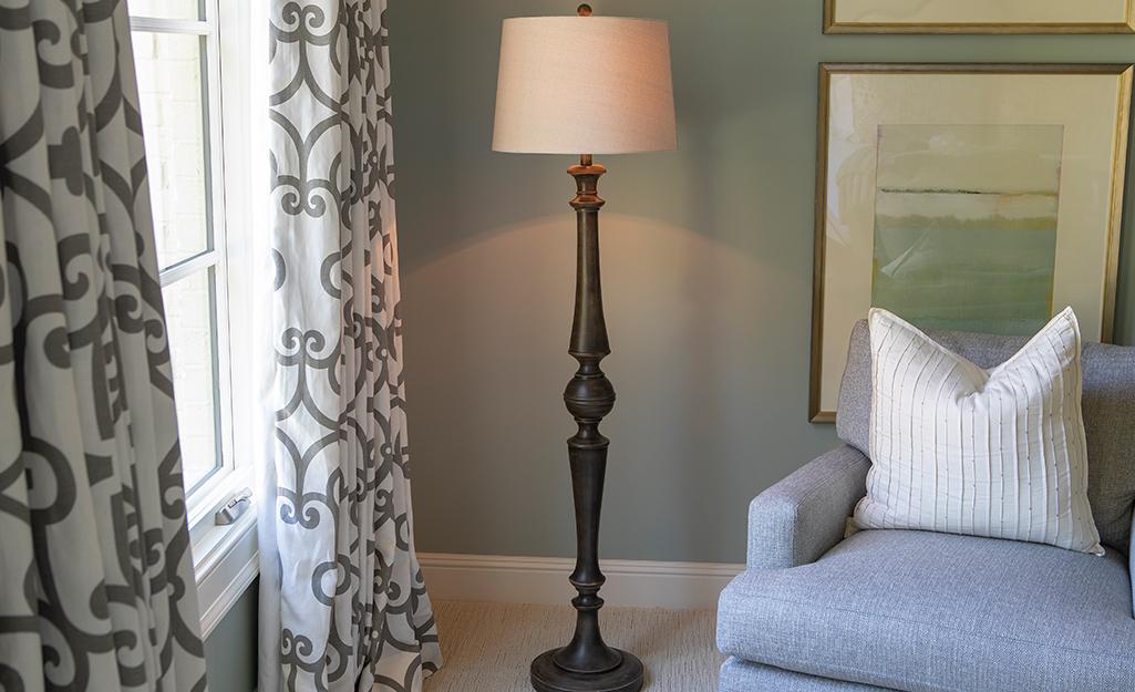 Đèn sàn thắp sáng góc phòng khách.