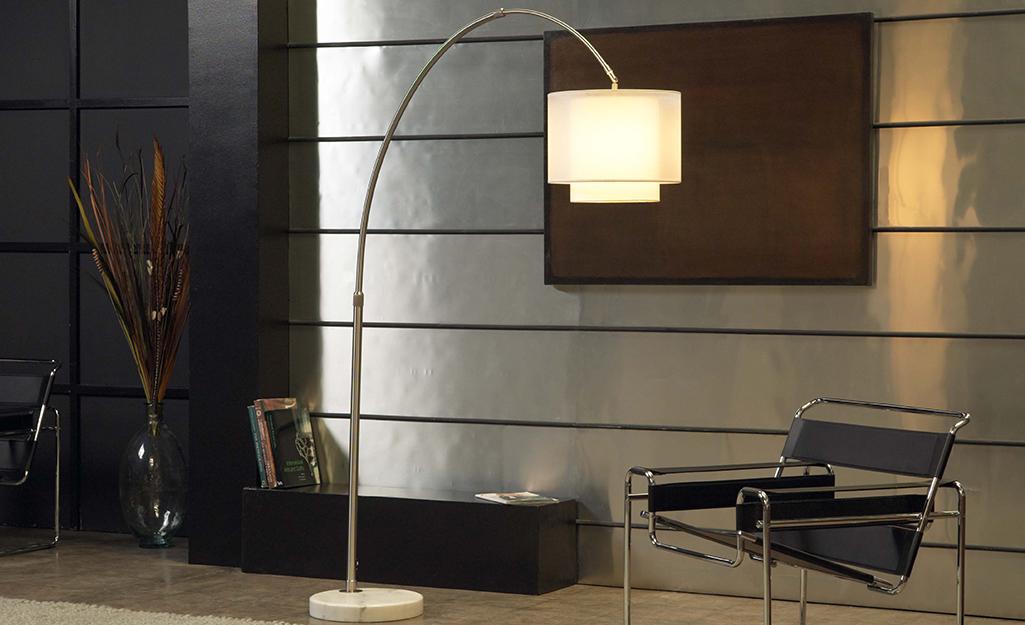 Đèn sàn hình vòng cung thắp sáng phòng khách hiện đại.