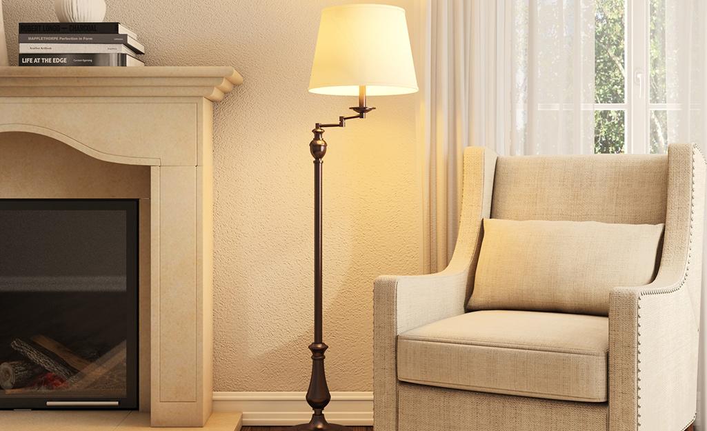 Đèn sàn có cánh tay đòn chiếu sáng phòng khách.