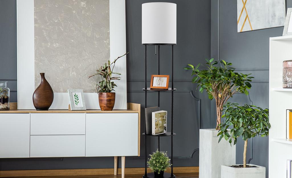 Trang trí nhà nằm trên những chiếc đèn kệ trong phòng khách đầy thực vật.