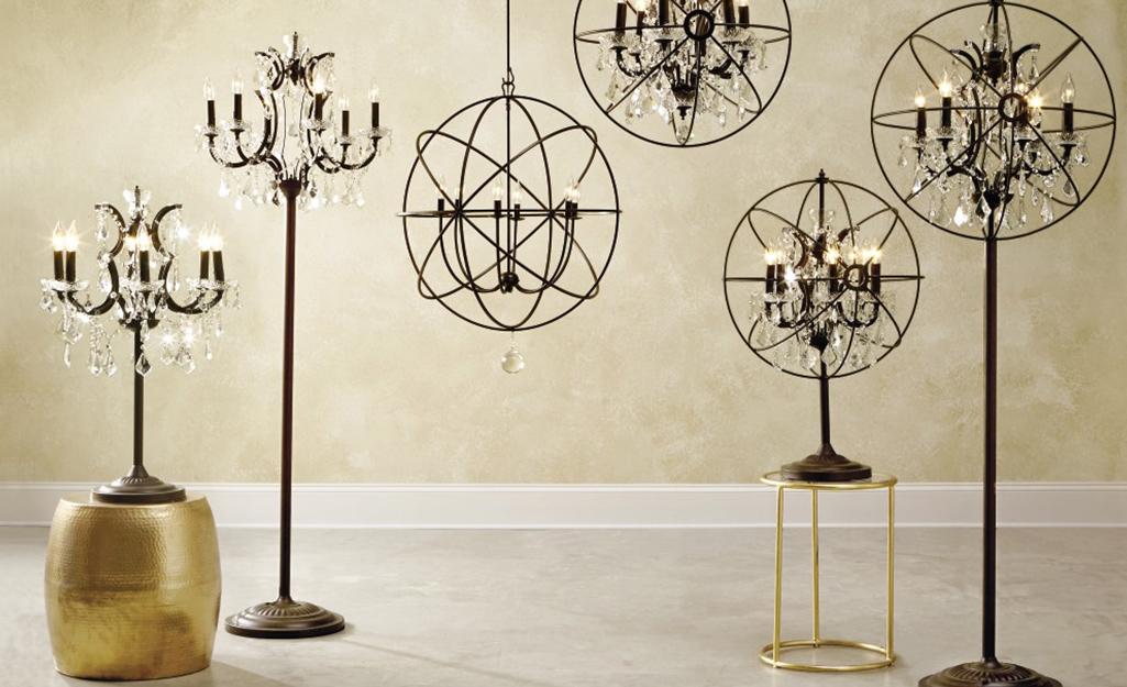 Nhiều ví dụ về đèn chùm được trưng bày trong một căn phòng trống.