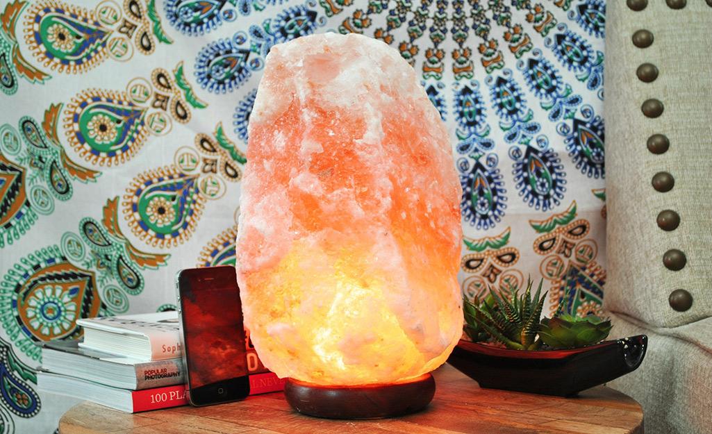 Đèn đá muối Himalaya đặt trên bàn cuối phía trước treo tường trang trí.